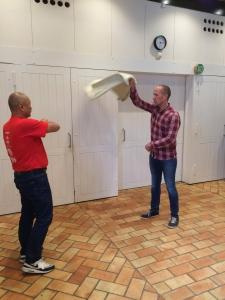 Selv en erfaren gusmester kan lære nyt: Ronni fra Vejlefjord får nyttige tips fra Pang, international gusmester og dommer ved de store mesterskaber
